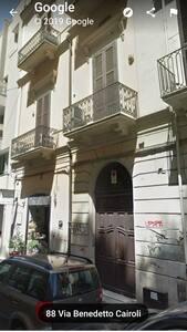 La porta sulla strada si apre totalmente lasciando uno spazio di ingresso di 1 metro. L'appartamento è al primo piano senza ascensore e con 30 gradini da salire.