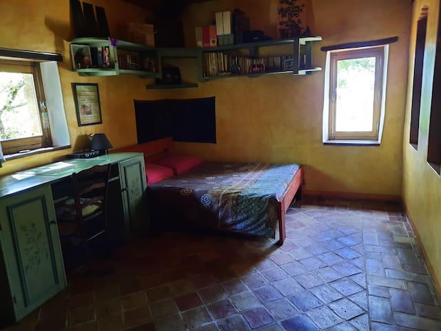 Troisième chambre,  separé par un rideau avec la premiere chambre.