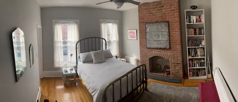 Lantai pribadi, 2 BR, kamar mandi, rumah pertanian rangka kayu.