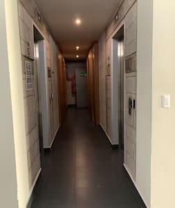 Acceso del lobby a los elevadores. No hay escalones