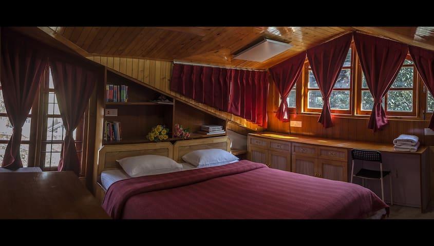 The Amazing 6 Bedroom Loft, in Shimla town center!