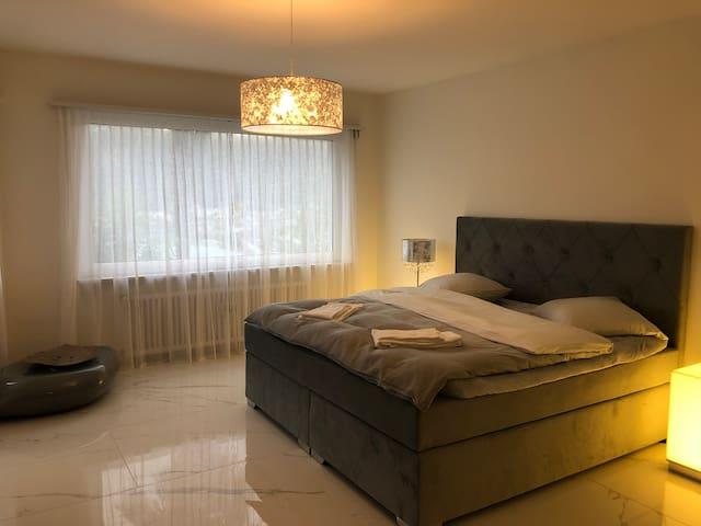28 m2 Schlafzimmer mit Boxspringbett 200 x 200 cm mit eigenem Bad