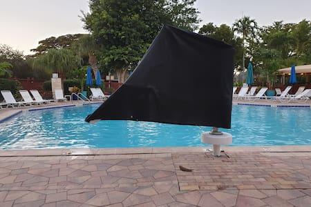 Bể bơi với ghế nâng cho người khuyết tật