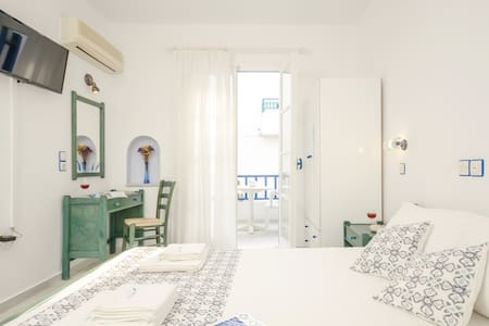 Double bed studio, with all modern amenities, such as air conditioning, refrigerator, fully equipped kitchenette, kettle, high speed internet, satellite TV, lap top size safe box, hair dryer, daily cleaning. We wish you a great vacation in Naxos !