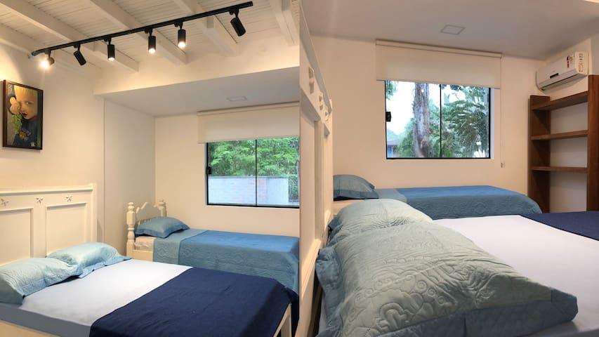 Quarto 3 com  ar condicionado, cama de casal e uma de solteiro. O toilet  fica ao lado