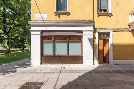 The entrance doesn't have any stairs and the door can be opened for the full size.