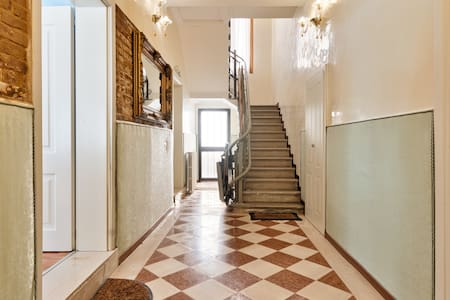 The apartment Laguna is at the street level, only a small step to enter. Never flooded! The other rooms at the bnb are at the second floor, there is a stairlift to reach them. Please check with Roberto the availability to use the lift before booking.