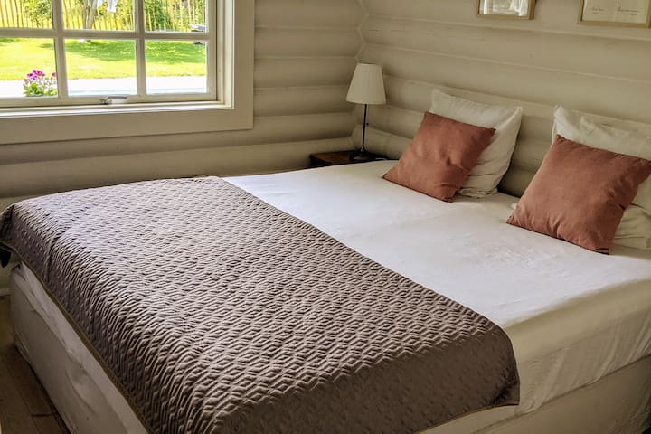 Master bedroom with king-size bed. 210x210 cm