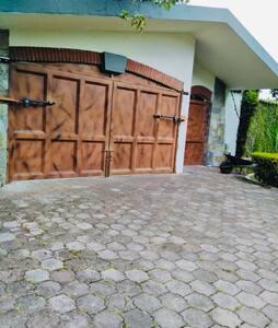 Entrada principal con portón