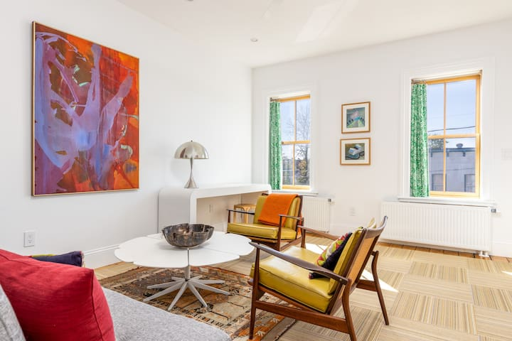 Hudson central sunny townhouse apartment