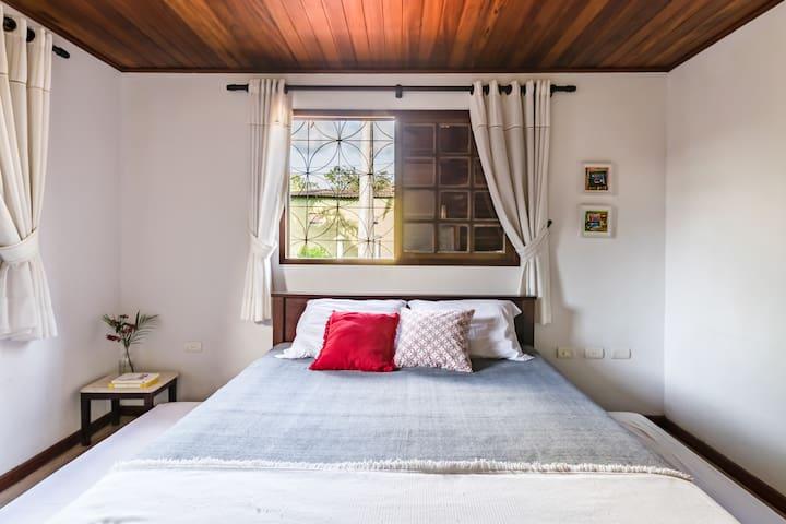 Ahhm, antes conheça a outra suite...também toda iluminada com luz natural, uma cama king imensa para uma bela noite de sono, e se a familia for grande tem duas bicamas para as crianças