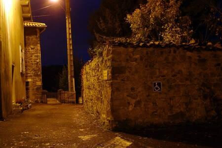 Eclairage public du parking au gîte, (extinction de 1h00 à 6h00)