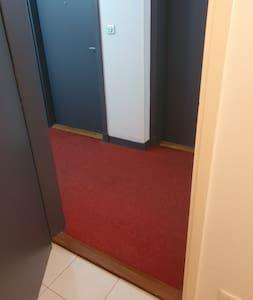 il y a un seuil de porte qui mesure 3 centimetres