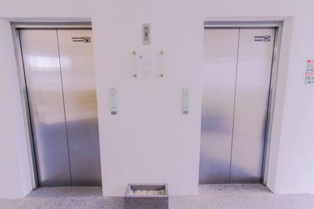 Acceso a los 2 elevadores.
