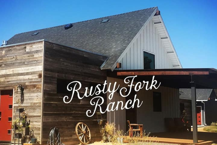 Surf Room - Farm Stay, Mini Goats, Wine Country