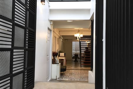 It is flat pathway from the street to the entrance door which is 1.10 meters width.
