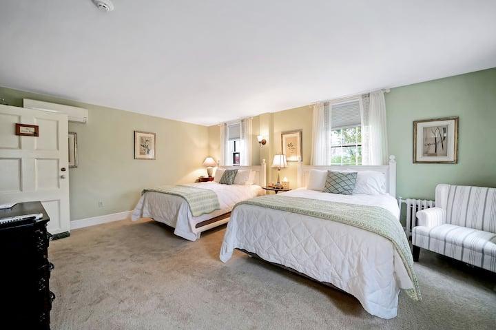 Cromwell Manor Inn - Storm King Room * NO PETS