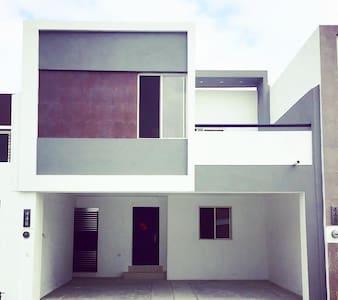El acceso a la casa cuenta con 2 escalones en la Puerta Principal