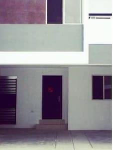 Puerta Principal entrada a la casa con 2 escalones