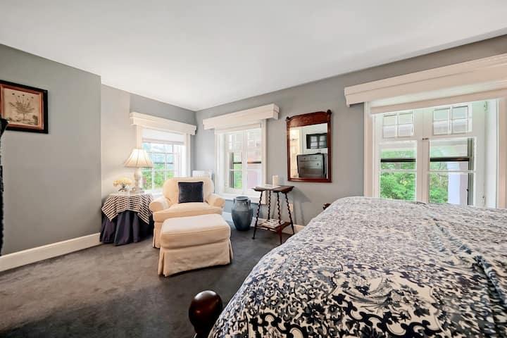 Cromwell Manor Inn - Saffron Guest Room *NO PETS