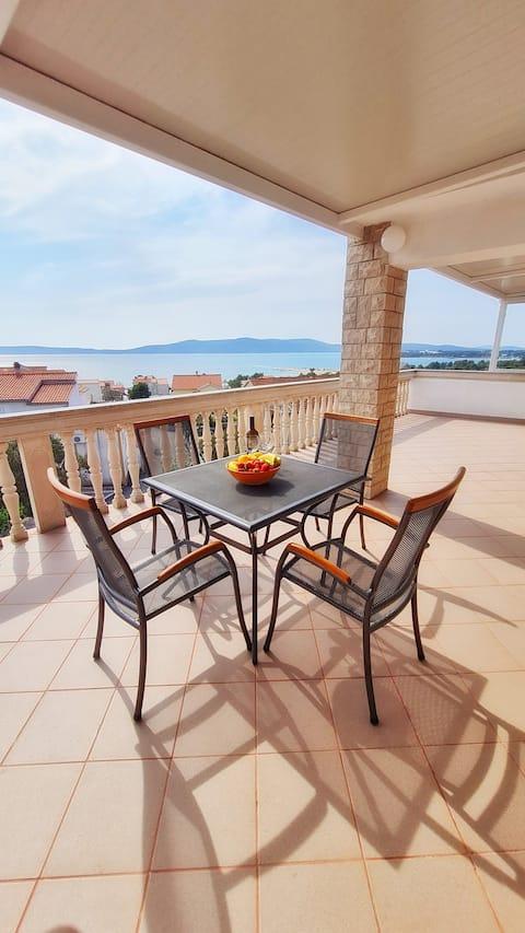 Sea view apartment near the beach
