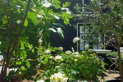 Tuinhuisje aan de gracht in historisch Edam