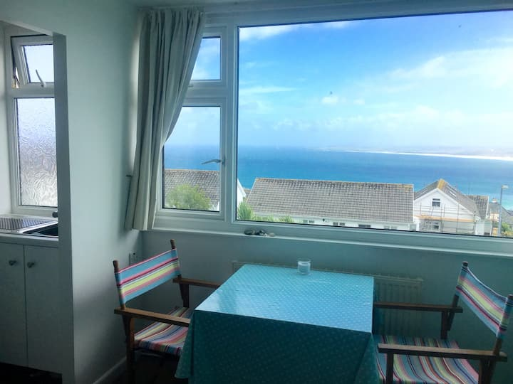 Sea Campion, sea view flatlet with free parking
