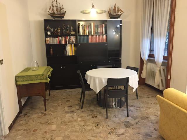 Ampia sala da pranzo con tavolo allungabile