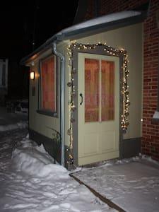 Éclairage extérieur, autour de la porte du portique, et à l'intérieur du portique/Lightning outside, around the porch door, and inside the porch.