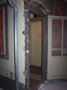 Portique fermé menant à la porte d'entrée principale. Large porte d'entrée/Roofed porch leading to the main entrance. Large doors.