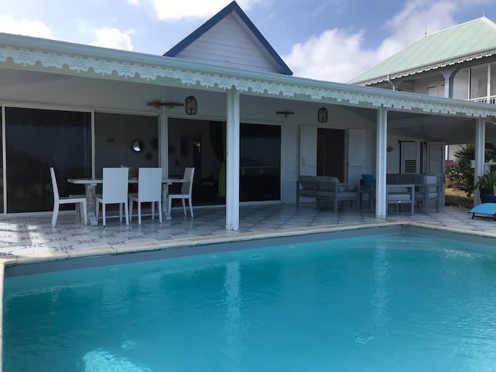 """Villa """"Ti bijou"""" 300 m de la mer, piscine privée"""