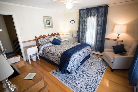 Historic Eagle Manor, Pretty Queen Bedroom #3499