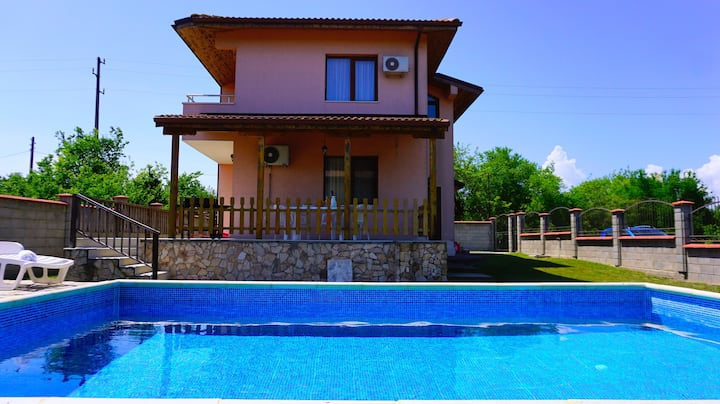 Villa with swimming pool to beach Bolata