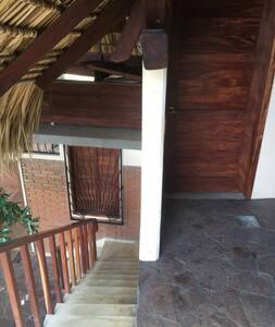 escaleras y puerta de entrada al dormitorio con luces por la noche