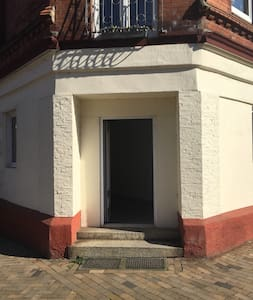 Fußweg bis zum Eingang ohne Stufen, dann sind es zwei Stufen und eine Türschwelle zur Wohnung