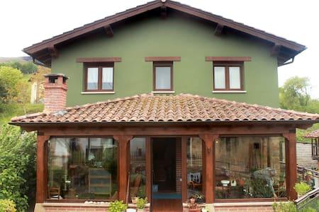 La casa se encuentra en un barrio de aldea iluminado por varias farolas. El exterior e interior de la casa están correctamente iluminadas.
