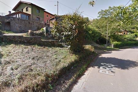 La casa esta localizada en una calle con  ligera pendiente. Con un acceso a través de rampa para vehículos y parking en el jardín, sin escaleras hasta la casa.
