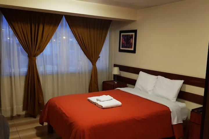 Bedroom with double bed, TV, closets, private bathroom with hot shower - Dormitorio con cama de 2 plazas, baño privado y armarios