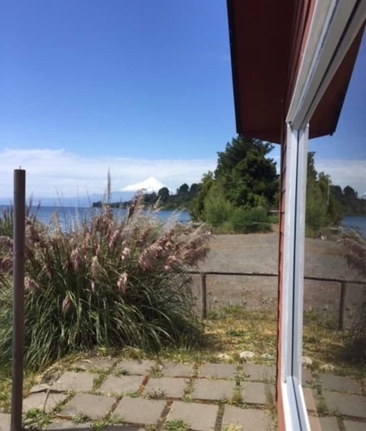 Casa de Ignacia  junto al lago y mirando volcanes.