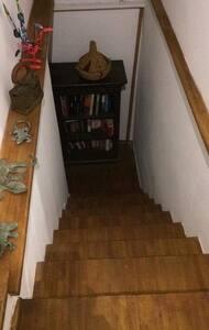 Escalera con aproximadamente 13 escalones de 17, 20 cm de madera y cemento , la foto es de bajada y lleva al lavadero . El lugar tiene entrada por debajo, de firma independiente con reja
