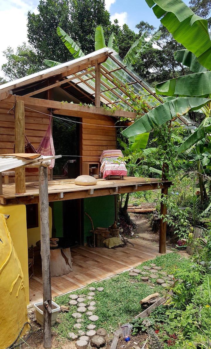 Chalé bio construção na mata, com lindo quintal.
