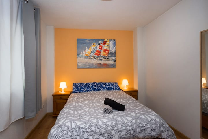 En-suite room (private bathroom) BEACH 10min walk!