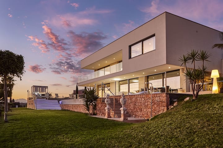 Luxury and large Modern house with total privacy