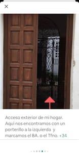 Al entrar por esta puerta,  a la izquierda está él interruptor de encendido de luz del portal.