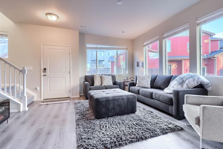 Modern Townhome 12 Minutes from Downtown