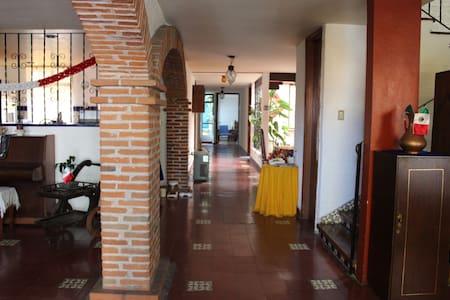 Las habitaciones y todas las áreas comunes del interior de la casa, se encuentran en la planta baja, no hay escalones ni desniveles, cuenta con un pasillo y espacios amplios para desplazarse en silla de ruedas.