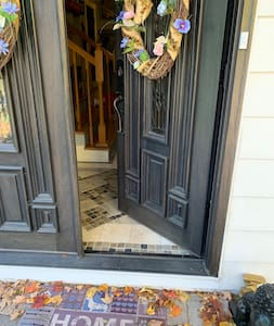 Entrance door to foyer has 1 step