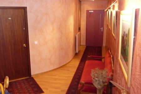 AU fond la porte d'entrée commune, à gauche la porte d'entrée du studio