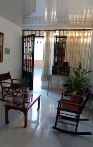 El ingreso a los espacios internos son planos, limpios y amplios.