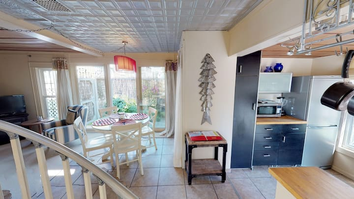 DOLL HOUSE! 1 BDR - 1 Block to Main Street Shops!